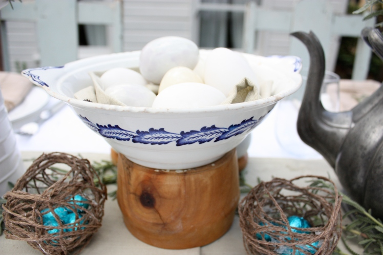 Alabaster Eggs Easter Brunch Table | brownpaperbelle.com