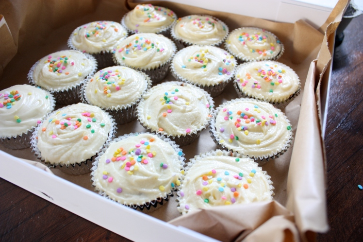 Chocolate Fudge Cupcakes with White Chocolate Frosting | brownpaperbelle.com
