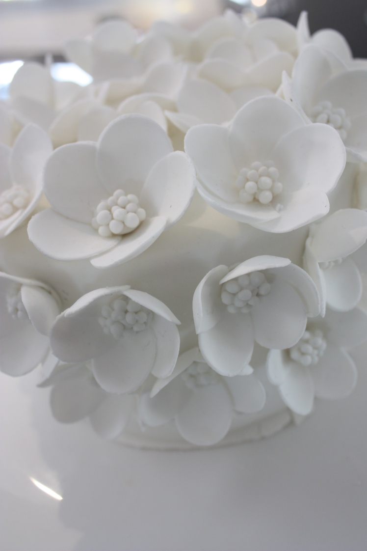 White Daisy Wedding Cake | brownpaperbelle.com