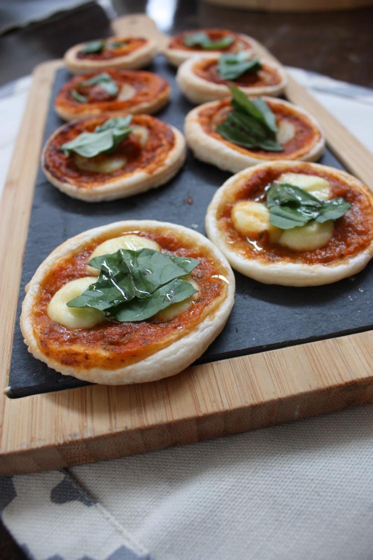 Individual Margherita Pizzas | brownpaperbelle.com